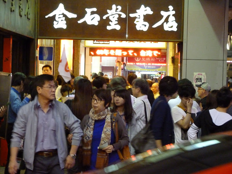 Taipei . La queue à 20.30 devant le restaurant Din Tai Fong...