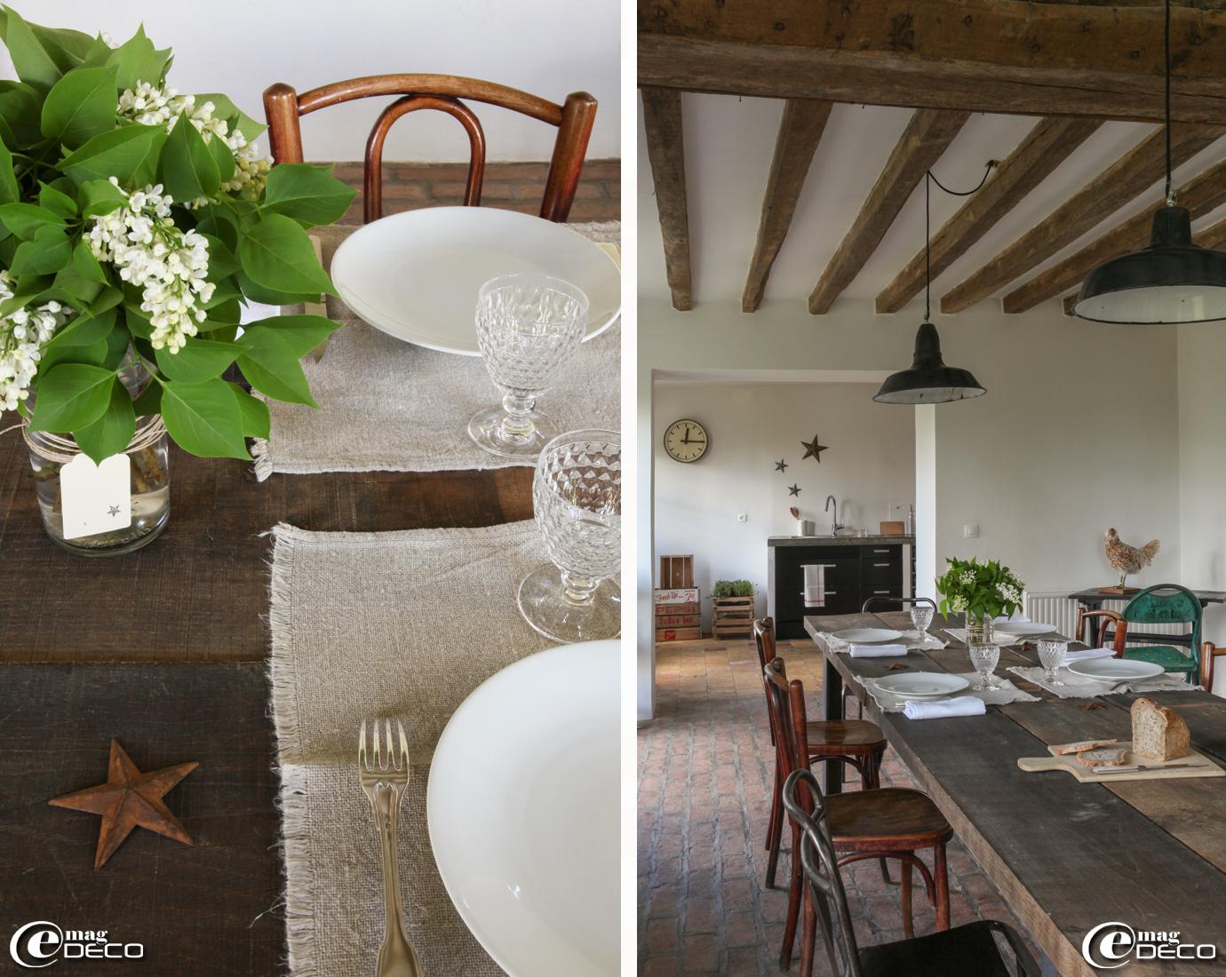 Bocal d'herboriste détourné en vase, table réalisée avec de grandes planches de bois de récupération, chaises de bistrot
