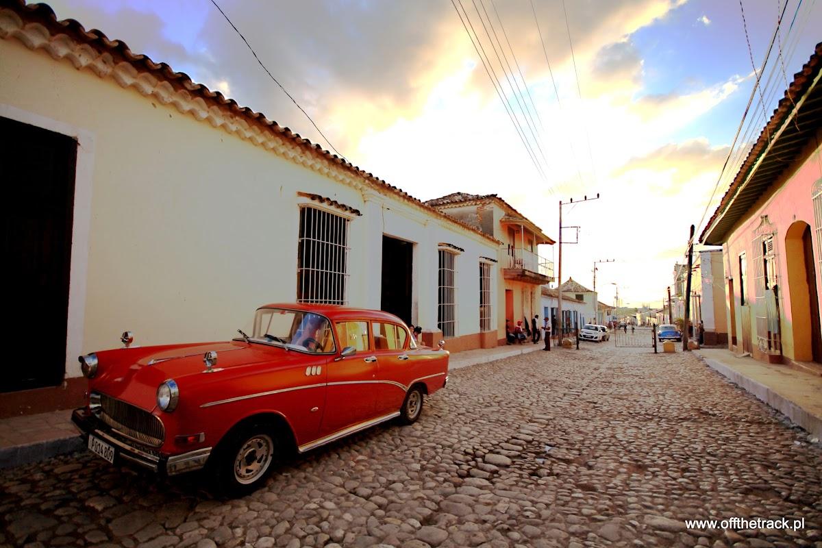 Stary samochód na brukowanej ulicy w Trinidad na Kubie