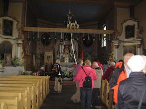 Photo: W wyposażeniu kościoła znajduje się między innymi barokowy krucyfiks, barokowe ołtarze, czy polichromia z początku XX wieku o ornamencie roślinnym i przedstawieniami w medalionach świętego Wojciecha i Stanisława.
