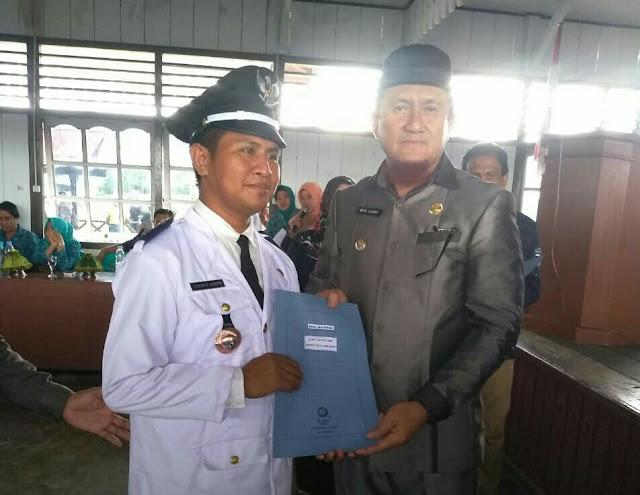Moh. Radun, S.Pd.I Bersama Bapak Bupati Moh. Lahay Dalam acara Pelantikan Kepala desa di Wakai