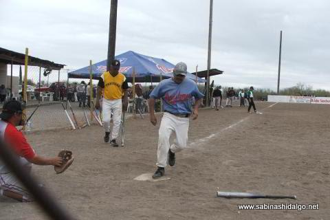 Miguel Cavazos de Perrones en el softbol del Club Sertoma