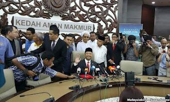 Menteri Besar Datuk Seri Mukhriz Mahathir mengumumkan meletakkan jawatannya serta merta