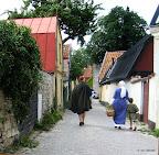Familjen Freidwall på promenad genom Visby.