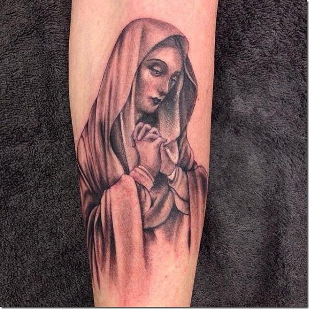 tatuaje_de_la_virgen_mara_en_tonos_de_gris