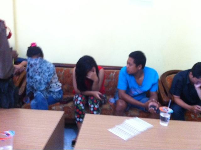 Razia Rumah Kost, Petugas Jaring Pemandu Lagu Dibawah Umur dan Pasangan Kumpul Kebo