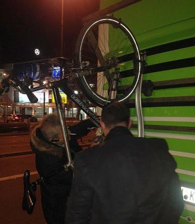 Flixbus-Fernbus: Fahrrad wird aufgehängt am Essener Hauptbahnhof
