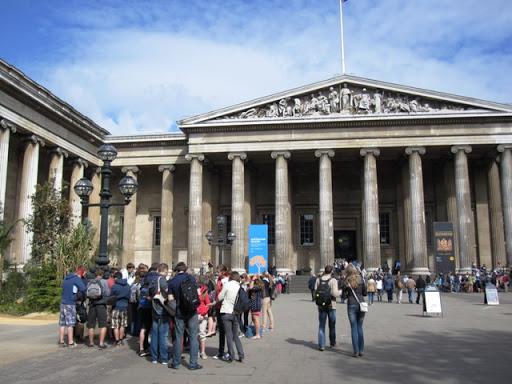 Уже у входа в Британский музей встречаются первые организованные группы школьников