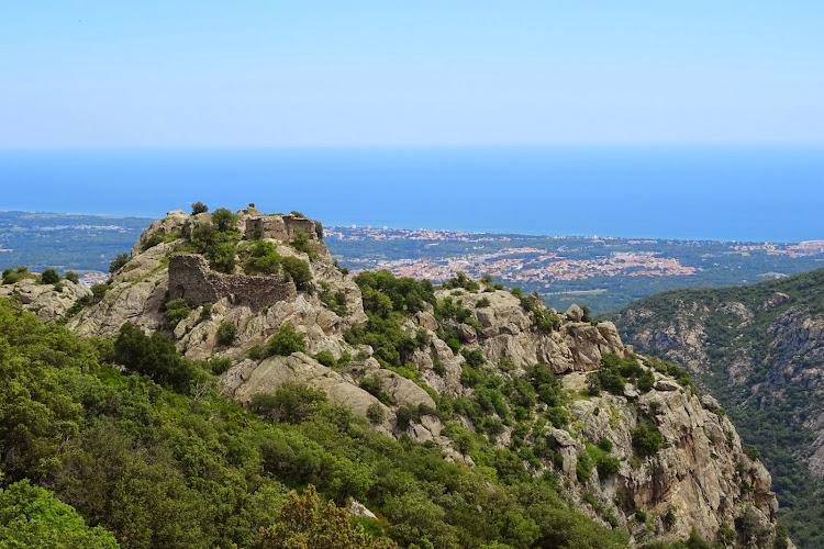 Les Pyrénées-Orientales à pied - Le Château d'Ultrera par le Roc de les Medes