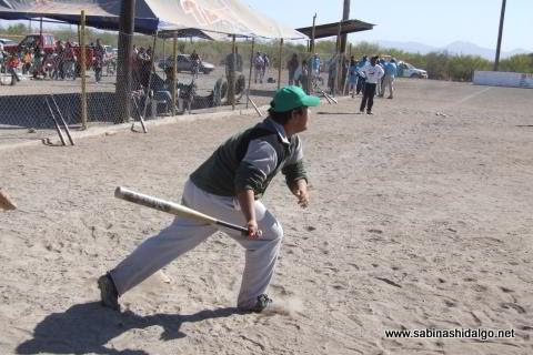 Jorge Martínez bateando por Yankees en el softbol del Club Sertoma