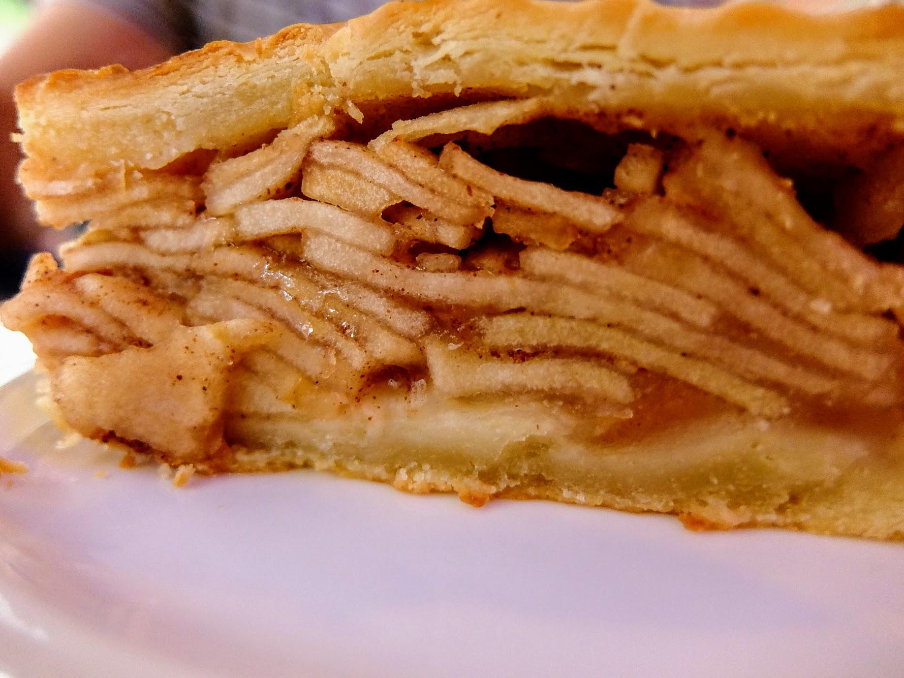 餅皮部分很厚扎實,內餡不馬虎,切片蘋果和肉桂一起,很香又甜
