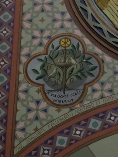 """A figura representa todas as parábolas do lago, a que se refere ao mistério do crescimento do """"Reino de Deus"""". O desenvolvimento do Reino de Deus é semelhante a um grão de mostarda, pequena semente que se transforma em um verdadeiro arbusto que abriga as aves do céu. As almas, toda comunidade procuram abrigo na árvore que é a Igreja Católica Romana. """"Ut volucres coeli veniant"""", isto é, """"Os pássaros do céu vem aninhar-se a ela"""" (Mt 13, 32)"""