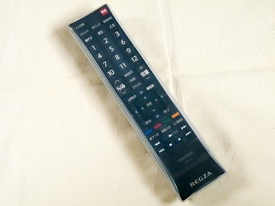 シリコンリモコンカバーをかけたテレビのリモコン