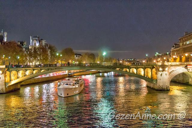 Paris Seine nehrinde gece manzarası
