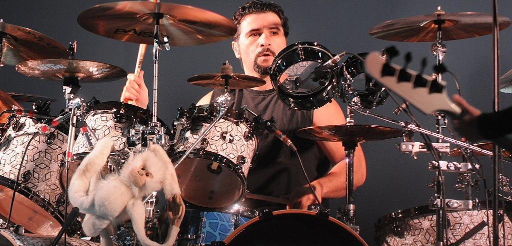 John Dolmayan: 'Eu não estou feliz com onde a banda se encontra nesse momento'