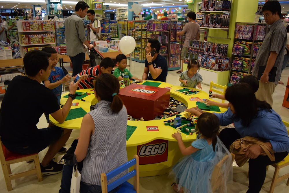 Kids having a blast in the lego area of the toy section.... reminds me of Dyetsky Mir in Moscow!