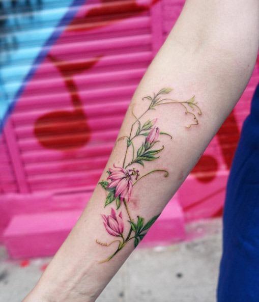 Este deslumbrante flor da paixão no antebraço