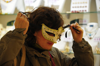 Photo: Allez hop, direction le magasin de masques. Nous sommes dans le quartier St Marc et ça tombe bien, il y en a partout. Avec deux tendances : ceux qui vendent à (très relativement) bas prix des masque Made in China, et ceux qui restent au Made in Italy, forcément plus cher. Ici, nous achetons au moins cher...