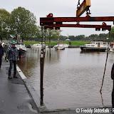 Watersportvereniging Pekela haalt boten uit water in haven - Foto's Freddy Stotefalk
