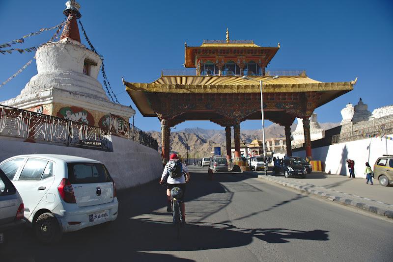 Si dupa 1300 de kilometri de la momentul in care ne-am urcat pentru prima data pe bicicletele Indiene o intrare cat se poate de putin triumfala in  Leh.