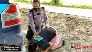 Buah Kesabaran dan Keikhlasan, 17 Tahun Ngajar di Pelosok dengan Gaji Kecil, Guru Honorer Menangis Sujud Syukur Dapat Hadiah Sepeda Motor dan Uang 3Jt dari Polisi Baik Hati