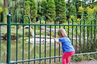 Natalia - w parku u dinozaurow