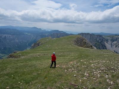 El cim és un gran altiplà que contrasta amb la verticalitat de tots els seus vessants