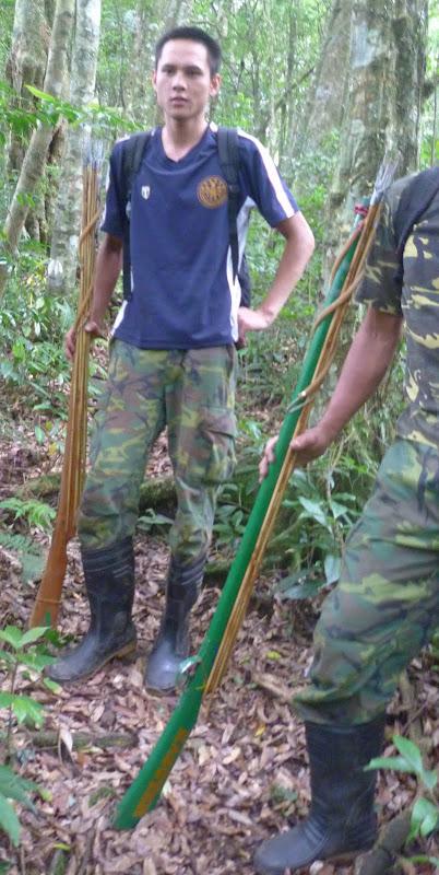 Des chasseurs et leur fusil harpon