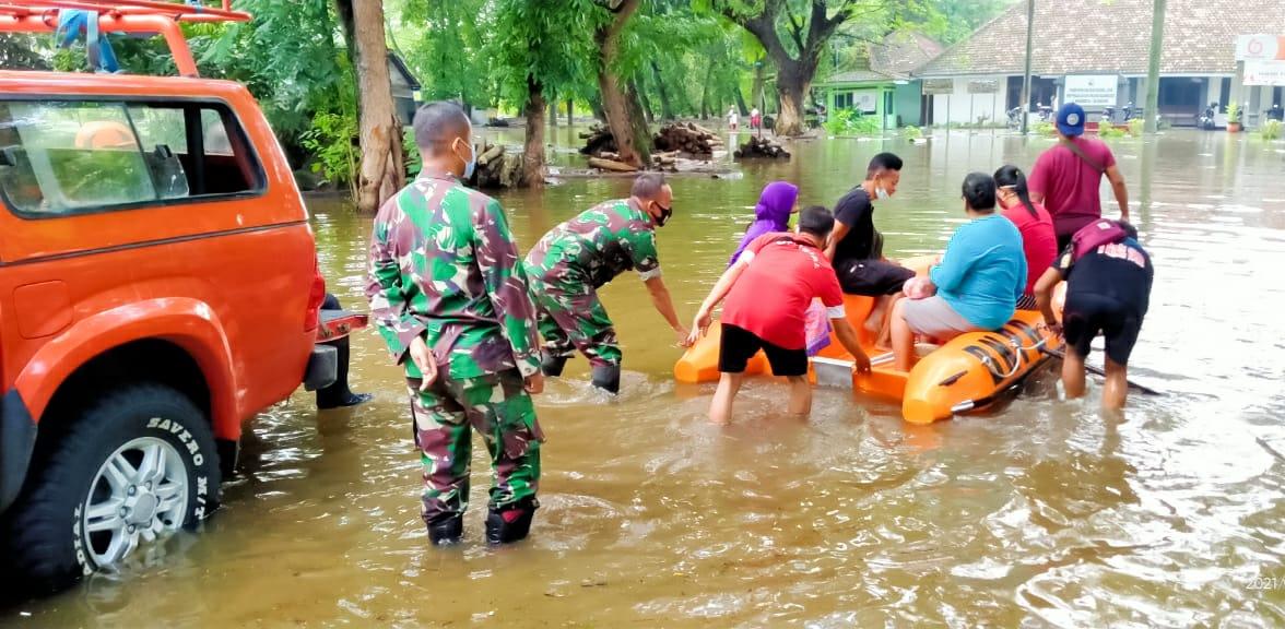 Danramil Bojonegoro Bersama Kades Sukorejo Pantau Penanganan Banjir Diwilayah
