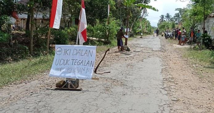 10 Tahun Tak Kunjung Diperbaiki, Warga Blitar 'Tanam Pisang' di Jalan Rusak