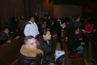 Photo: Ahi vemos desde otro angulo parte de los asistentes a la MIsa. Entre ellos: Saúl y Guadalupe Fernández entre otros.