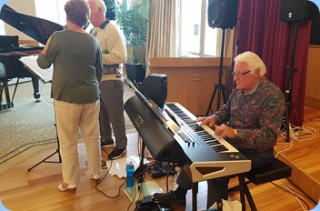 Rod Moffat played his Korg Pa4X 76 note keyboard for us and accompanied by his wife, Nelleke and Peter Jackson on vocals.