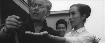 妻は新珠三千代。父親は東野英治郎
