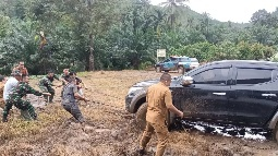 Seru Juga Yaa,  Satgas TMMD Tapsel Tarik Mobil Dobel Gardan Terjerembab Lumpur