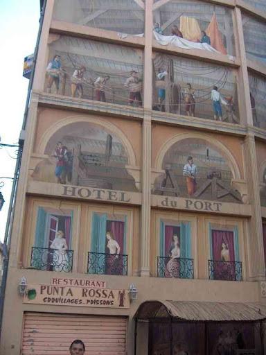 Fresques en trompe-l'œil peintes sur des immeubles du centre-ville