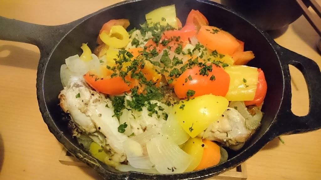 スキレットで作った手羽元と野菜のローストの写真