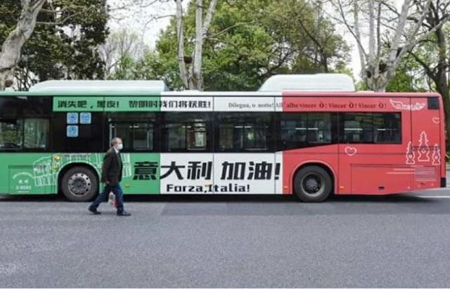 """Coronavirus, per le strade di Hangzhou un autobus tricolore con la scritta """"Forza, Italia"""""""