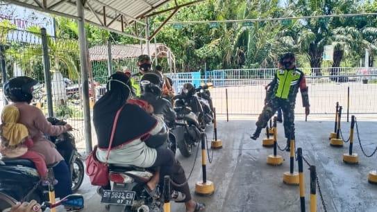 Babinsa Koramil 07/Bukit Batu Melakukan  Sosialisasi Pendisiplinan Covid-19 di  Pelabuhan Roro Sungai Selari