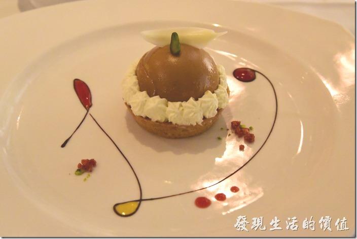 台南-轉角餐廳龍蝦餐廳。甜點,琥珀小蛋糕。巧克力熔岩蛋糕,讚喔。擺盤真的超漂亮的,讓人不想吃掉上面還有一塊白色的了樹葉巧克力。
