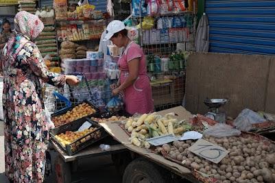 Aprikosen-Verkäuferin auf dem Osch-Basar