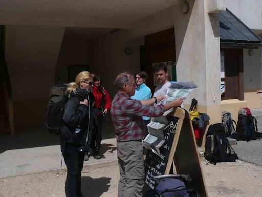 Corrençon-en-Vercors : consultation de la carte avant le départ