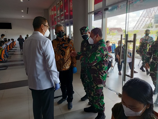 Dansatgas TMMD Ke-111 Kodim 1207/Pontianak Dampingi Pangdam XII/Tanjungpura Tinjau Pelaksanaan Vaksinasi Nasional