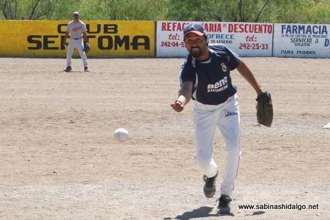 Leopoldo Alva lanzando por Águilas en el softbol del Club Sertoma