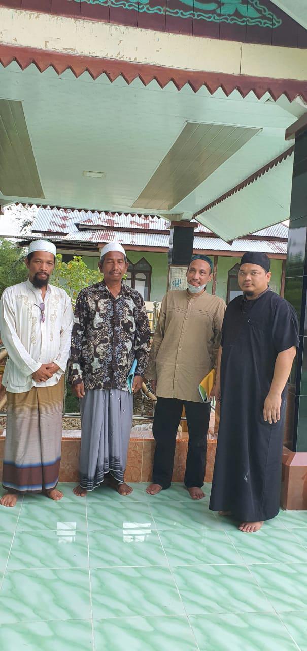 Keturunan Sayyid mendatangi makam Sultan Alaiddin Syed Maulana Abdul Aziz Shah untuk berziarah, Peureulak, Aceh Timur.
