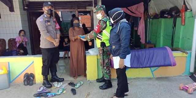 Ringankan Beban Masyarakat Ditengah PPKM Babinsa Koramil 05/JTL Kodim 0619/PWK Distribusikan Bantuan Paket Beras
