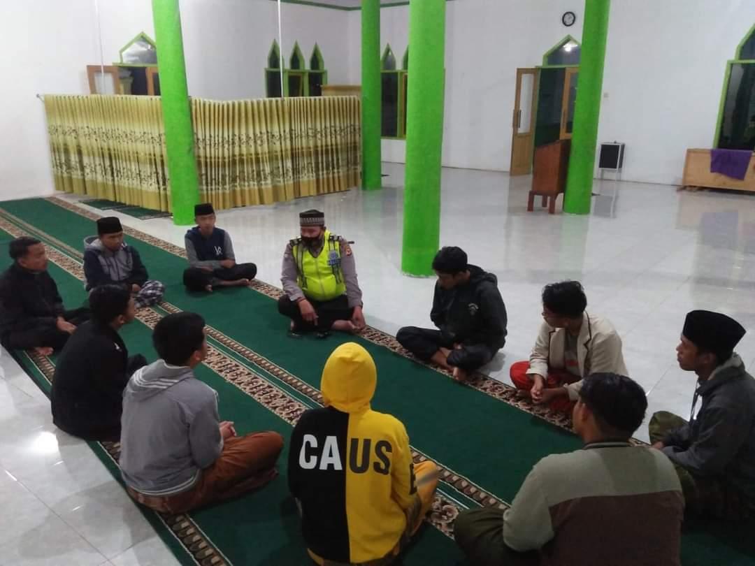 Kanit Binmas Polsek Cingambul Silaturahmi Dengan Para Santri persis Mualimin di Desa Ciranjeng