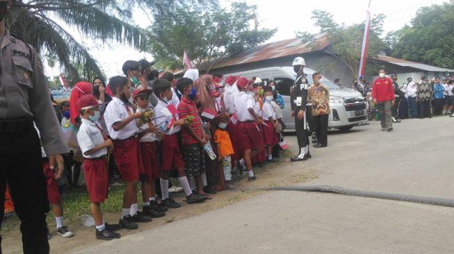 Jokowi Kunjungi Deliserdang, Siswa SD dan SMP yang Menunggu Rombongan Presiden Malah Lemas