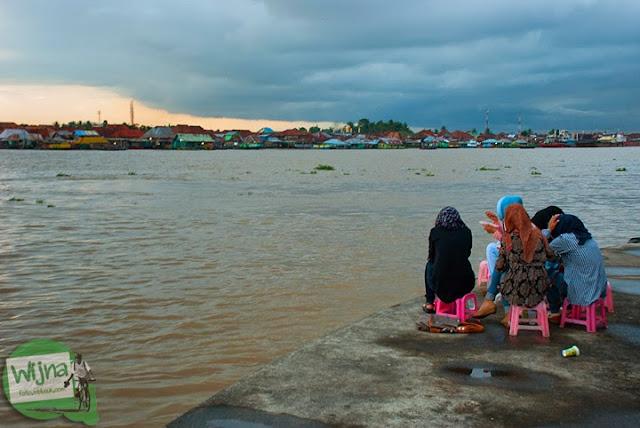 cewe palembang nongkrong di Tepian Sungai Musi Palembang tahun 2015