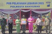 Persit KCK Ranting 2 Yonif 405 dan Bhayangkari Cabang Kota Banyumas Berbagi Kasih Kepada Petugas dan Relawan Pospam Lebaran
