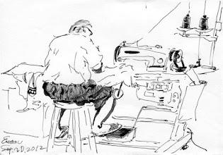 Photo: 踩縫紉車2012.09.20鋼筆 兩位收容人輪流踩著縫紉車,為我們制服的階級章換新趕工著…